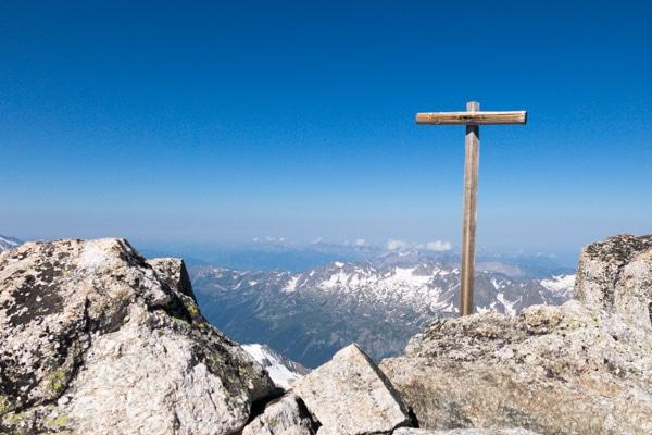 La croix sur l'antécime