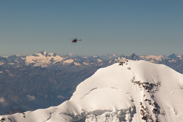 Hélicoptère au-dessus du Lyskamm