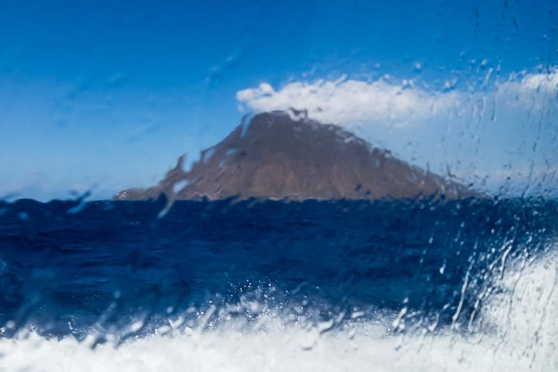 Le Stromboli à travers la vitre du bateau