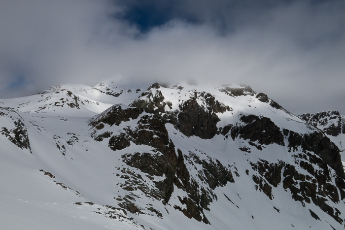Le sommet est dans les nuages