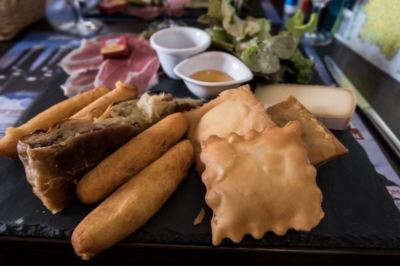 Tourtons, ravioles et tourte à la viande